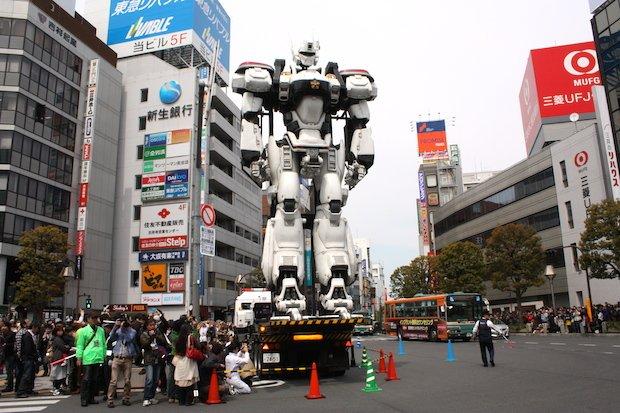 吉祥寺騒然! 巨大イングラムと真野恵里菜がパレードに登場