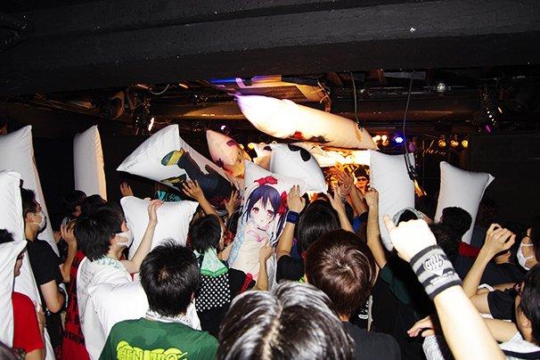 「抱枕奇祭2015」実録レポート 抱き枕が御神体となった瞬間…!