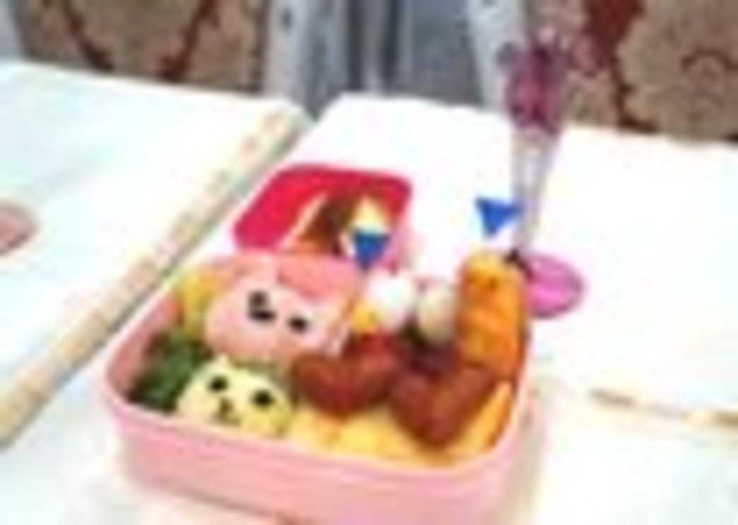 「ムーラン・ルージュお手製弁当」。後ろのピンク色の男性がムーラン・ルージュくん