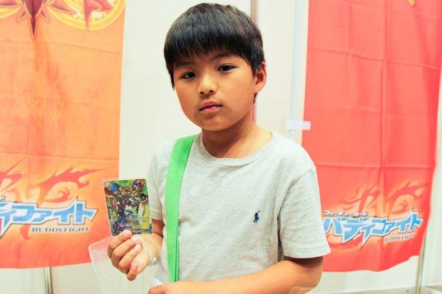 ブシロードのスタッフとバディファイトで対戦していた小学3年生のユウキさん。/撮影:杉山大祐