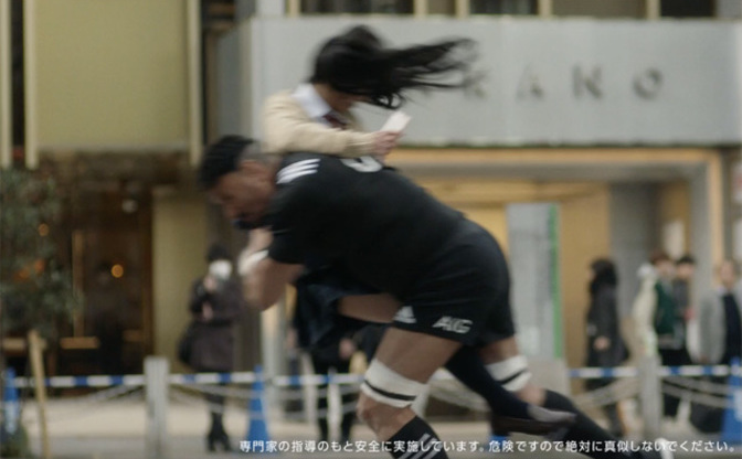 女子高生に全力タックル?!東京の街に突然現れたラガーマン達の目的とは?