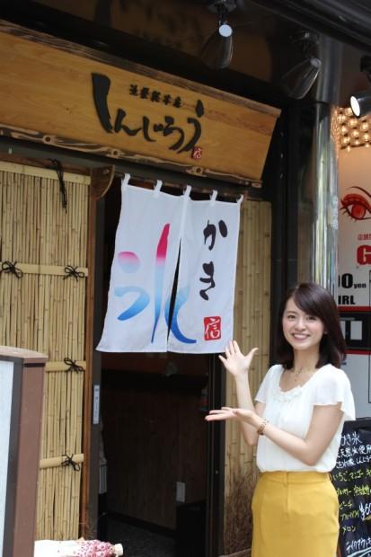 加藤紘子さんとお店の外観