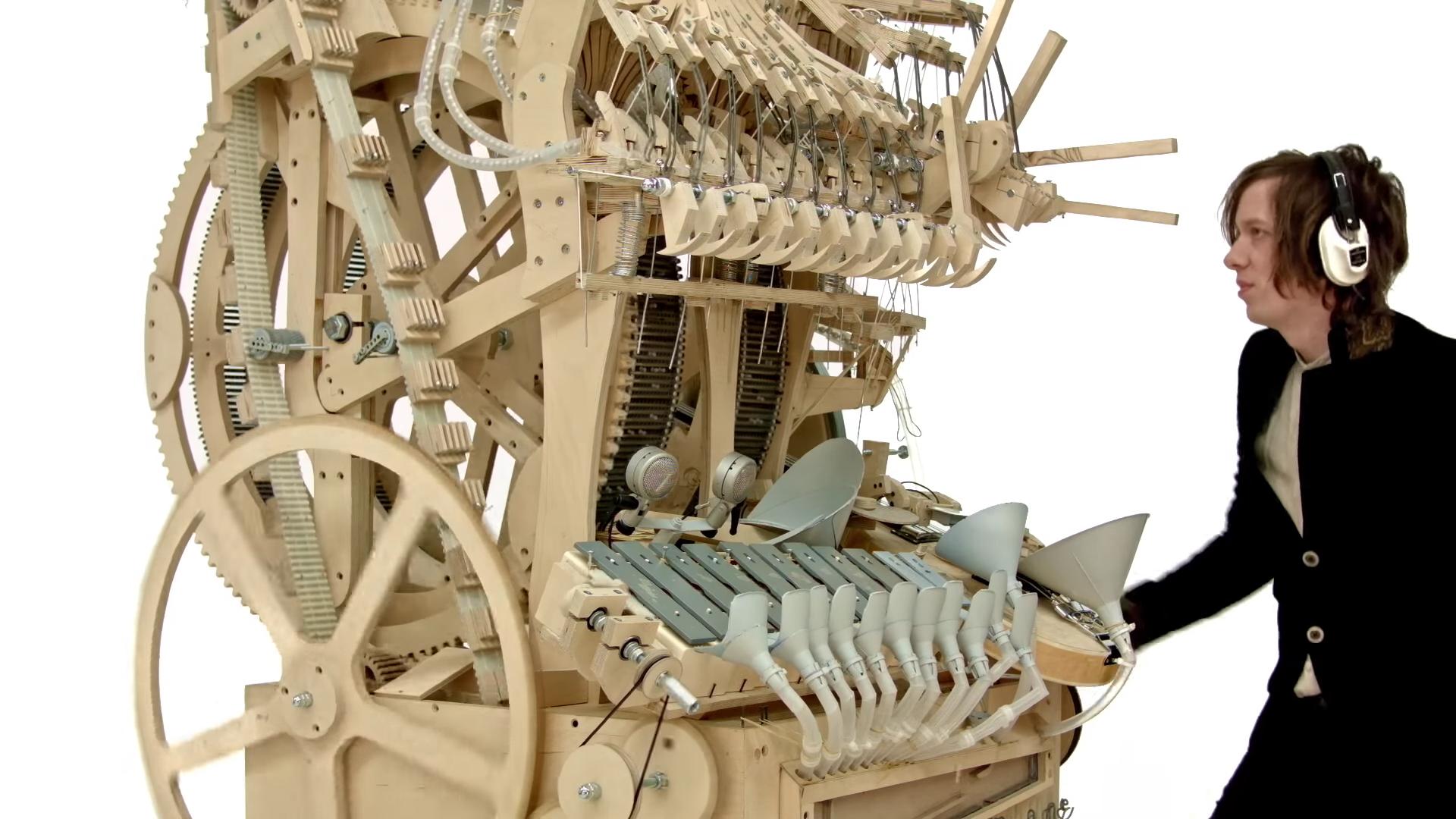 驚異の木製楽器「Marble Machine」 2000の鉄球が奏でる美しい音色…