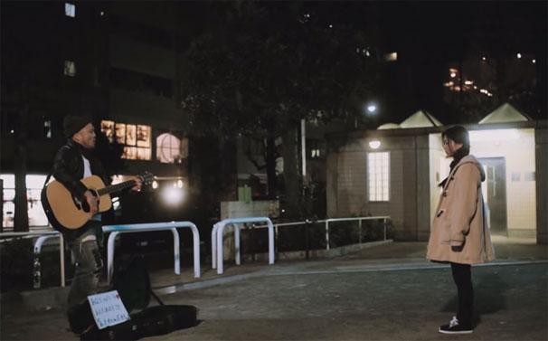 公園で弾き語るクマムシの長谷川俊輔さん