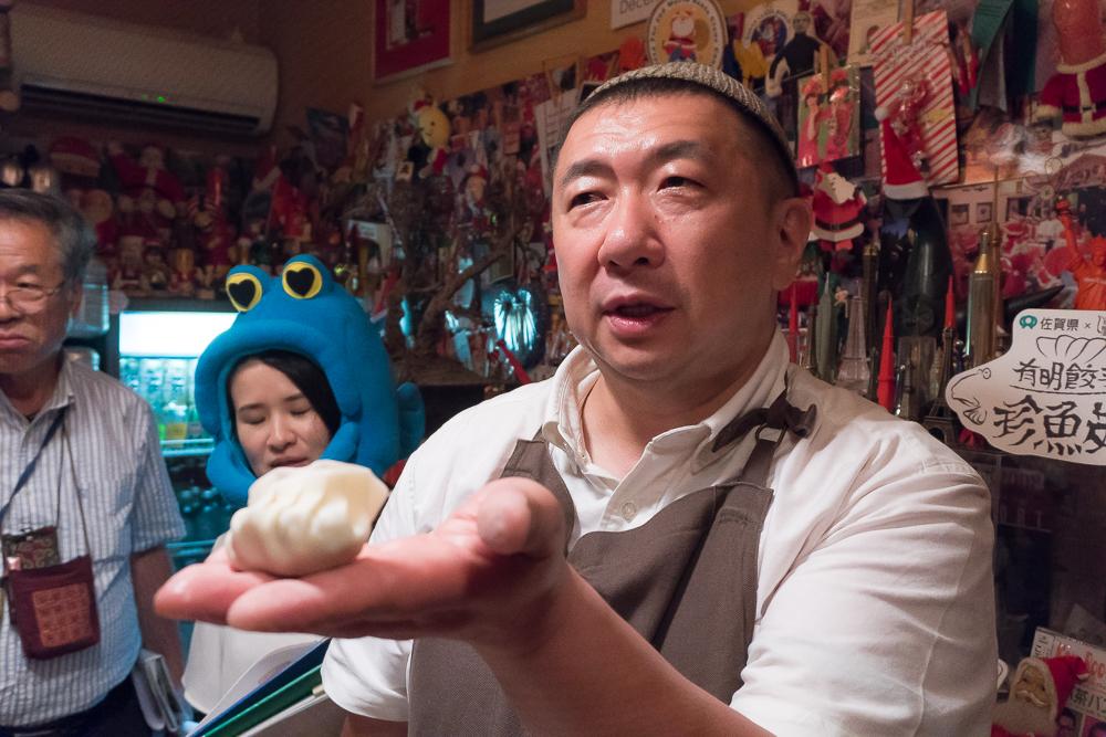 餃子をつくるパラダイス山元さん