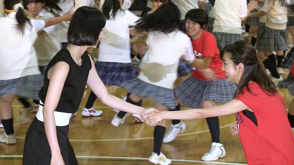 準備運動でペアを組む真野さんと篠田さん