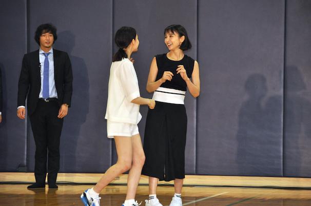 第1ラウンドを鬼から逃げ抜き、お互いを讃えあった篠田さんとトリンドルさん