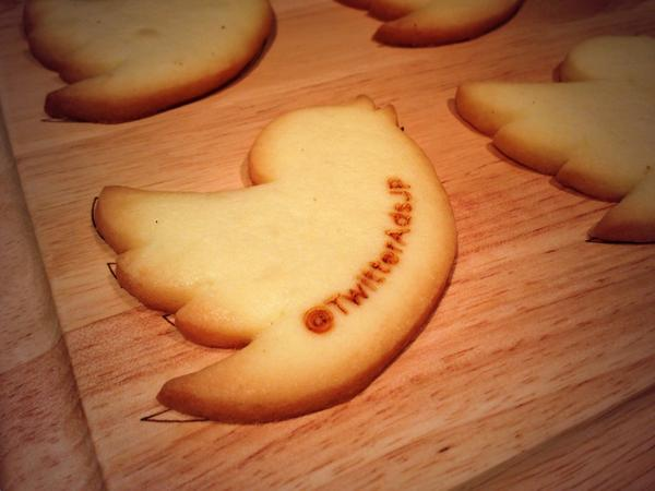 Twitter公式クッキーが可愛すぎると話題! ユーザー名をレーザーで焼印
