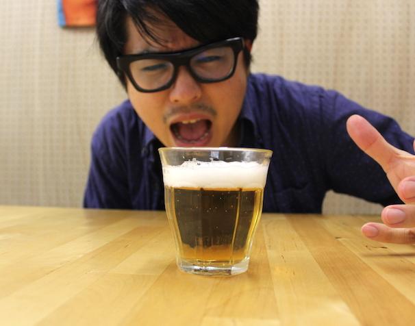 グラスに注ぐと泡立ちからしてビール! 我慢できねぇ!