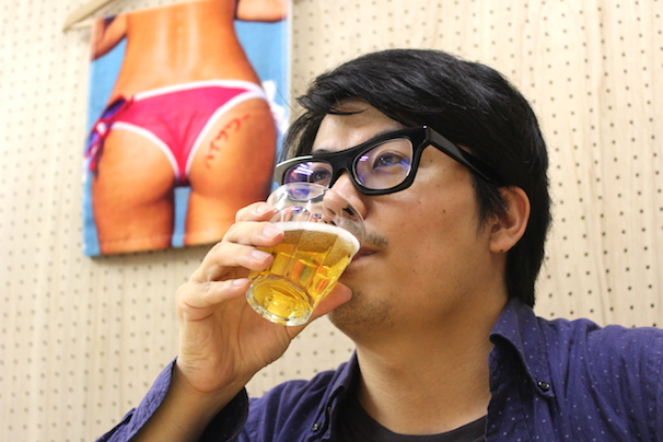 仕事中に失礼! 美尻を眺めながらのノンアルコールビールは最高!