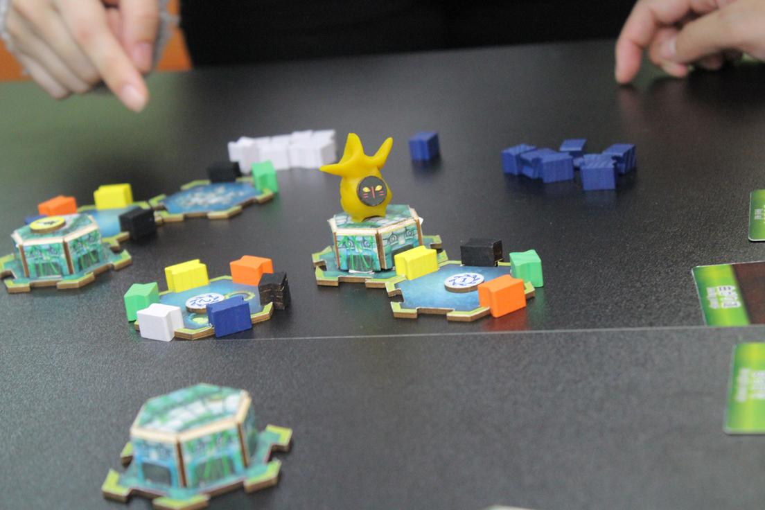 「ハコスコ」装着者の地形情報を頼りに、タイルをつなぎ合わせ、緑・黄・赤・黒・青・白のレリーフ(壁)を配置していく