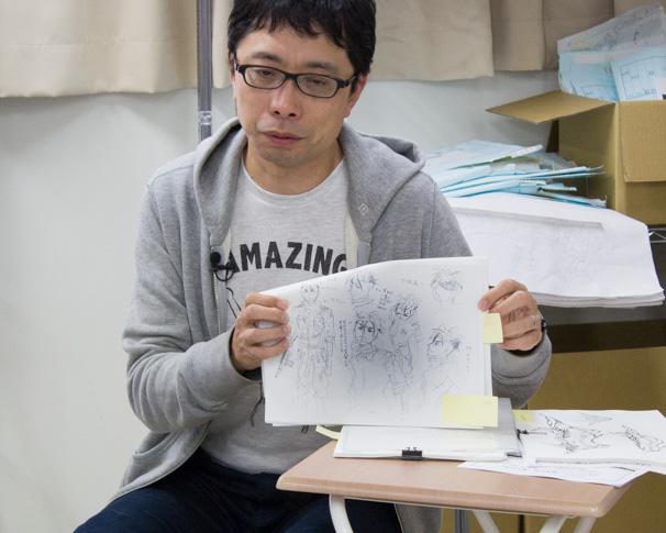 舞城王太郎さんのイラストなどを見せながら解説する鶴巻さん