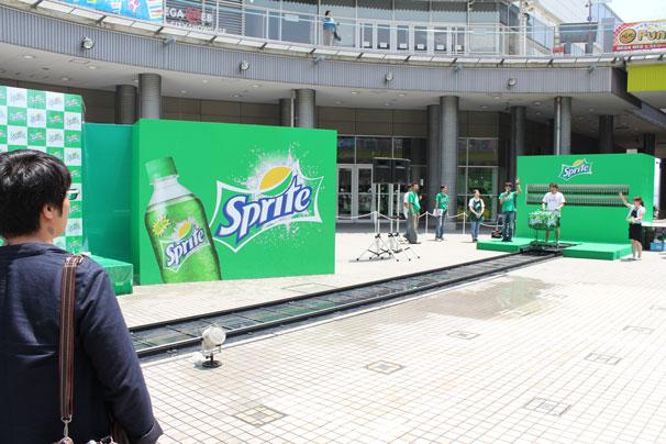 広場の真ん中に設置された「スプラッシュカート」。