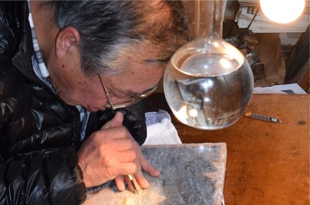 浮世絵版画を掘る様子/画像はANIPLEX+より/© 岸本斉史 スコット/集英社・テレビ東京・ぴえろ