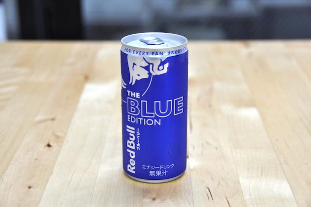 """""""真っ青""""なレッドブル! 新機軸のブルーベリー味を飲んでみた"""