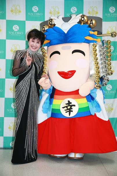 小林幸子さんと小林さんをモチーフにしたゆるキャラ「こばやっしー」