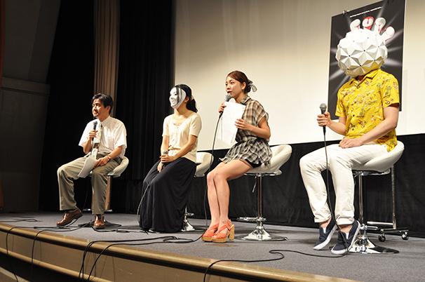 左から新井克弥さん、元キャスト、鈴木あきえさん、エプ男