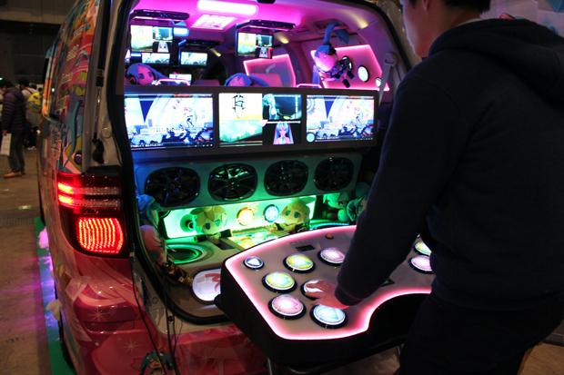 音ゲーができる700万の魔改造痛車がすごい…! 制作者にインタビュー