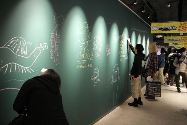 「ニコニコショップ」の側には黒板に自由に書けるコーナーも!