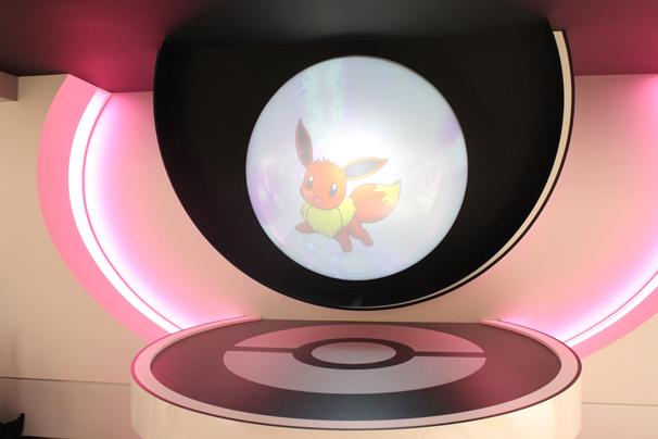 入り口正面にはモンスターボールの中に色んな映像がランダムで映し出されていました これはイーブイ