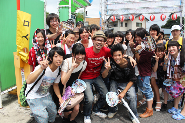 ドグマ風見さんと開場を待ちわびる須坂市の少年少女たち