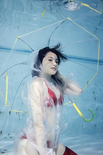 『水中ニーソプラス』/モデルは山口愛実さん