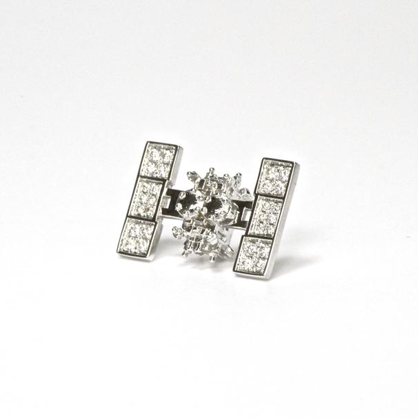 28個限定プレミアム版「はやぶさ2」ラペルピン 約0.3キャラット分の天然ダイヤモンドがあしらっている