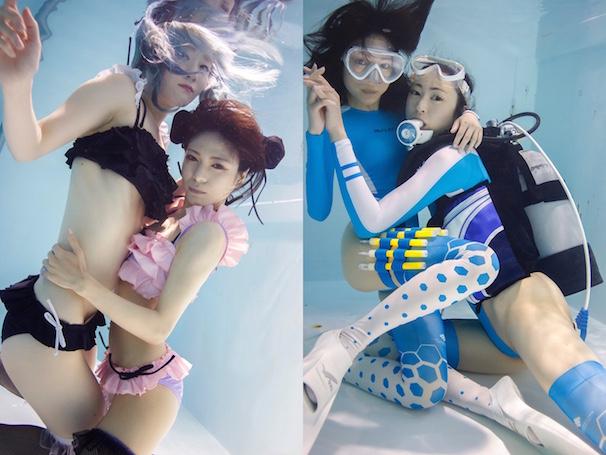 【写真左】モデル:真縞しまりす(右)、九十九一六八(左)、衣装:feast by GOMI HAYAKAWA【写真右】モデル:真縞しまりす(左)、まさじ(左)、衣装:REALISE、サイリウムホルスター制作:口枷屋モイラ
