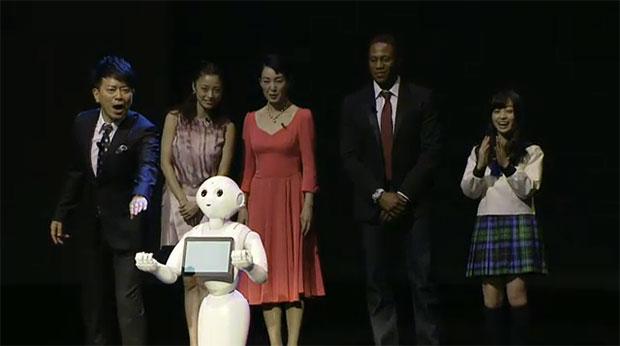 ソフトバンクのロボット「Pepper」お披露目! 記者会見で大暴れ!?