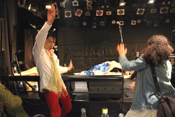 DJタイムで踊りだす人々!