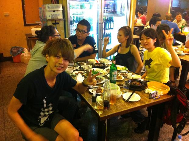 台湾式居酒屋では、お好きなお酒は自分で冷蔵庫から取り出すというセルフサービス