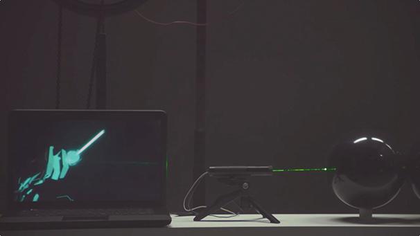 『PSYCHO-PASS』咬噛慎也が特殊拳銃ドミネーターを撃つと同時に本物のレーザーが風船を破壊