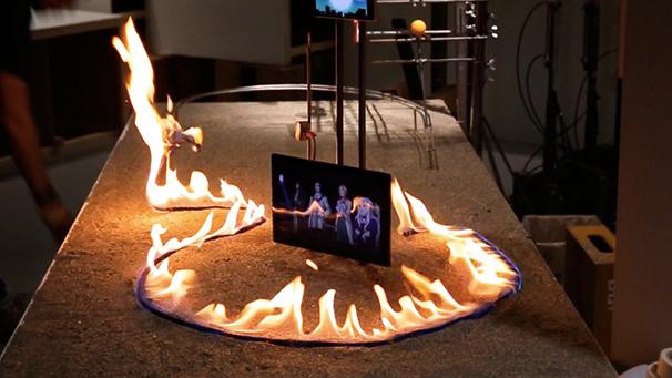 スマホに影響が出ないように炎の位置を調整