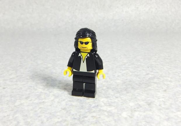 レゴで再現された佐村河内守さん(長髪ver)が完全に一致と話題