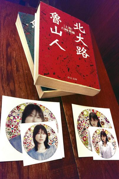村上隆さんによる、東京都議会でのセクハラヤジ被害で一躍世間の耳目を集めることとなった塩村文夏都議らしき女性のポートレートのステッカー
