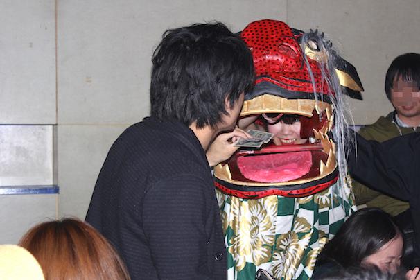 獅子舞に1000円をペイするコダック川口