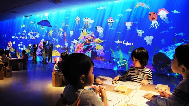 """描いた魚が泳ぎだす! 子どもたちに""""共創""""を促すお絵かき水族館"""