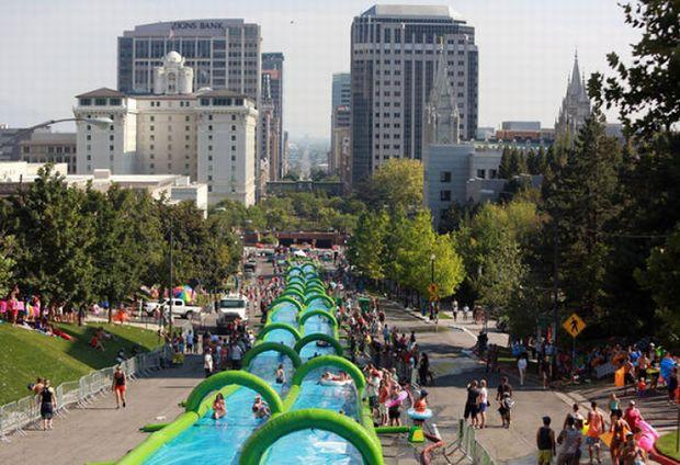 街中でウォータースライダー! 米国発の野外イベントが6月に日本上陸