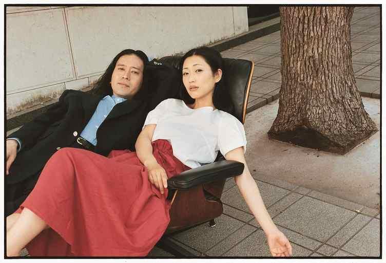 椅子を愛する又吉が編集長に 『又吉直樹マガジン 椅子』吉岡里帆や壇蜜とグラビア