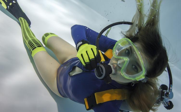 水中の女の子写真集『月刊水中ニーソR』7月号 フロントジッパー水着も!