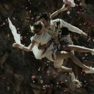地上71mでバンジーキッス! 無謀な新郎新婦を映したソニーCMがロマンチック