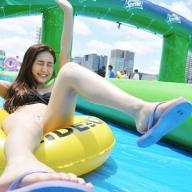 路上ウォータースライダー Slide the Cityが最高だった! 美人モデルも水着で大興奮