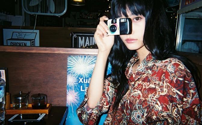 美女たちが「写ルンです」で切り取る日常 瀬戸かほ、阿知波妃皇らの写真展
