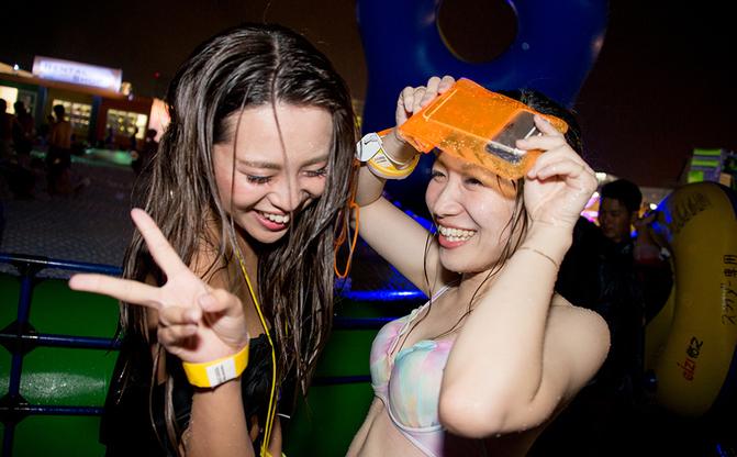 【写真】水着ギャルもびしょ濡れ 豪雨の「ナイトプール」を直撃レポート!