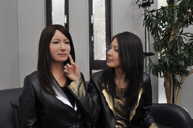 女性型アンドロイド「ミナミちゃん」、大阪タカシマヤに再び登場! 会話や写真撮影を楽しめる