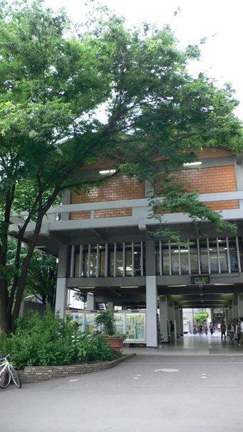 原武志さん撮影の法政大学ピロティ