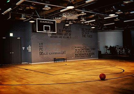 オフィス内のバスケットボールコート