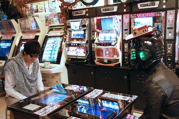 アーケードゲームで遊びながら語る2人/撮影場所は「スーパーポテト秋葉原店」