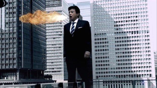巨大化した三浦友和が炎を吐く! ウルトラマン×洋服の青山コラボCM公開