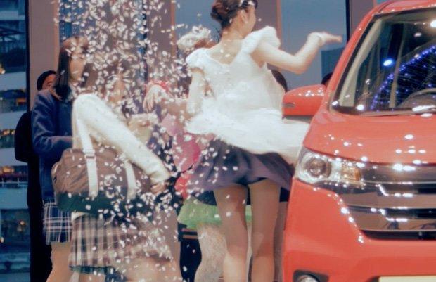 「ようかい体操」美少女まなこが路上で! ゼロ秒ナマ着替え動画がヤバい